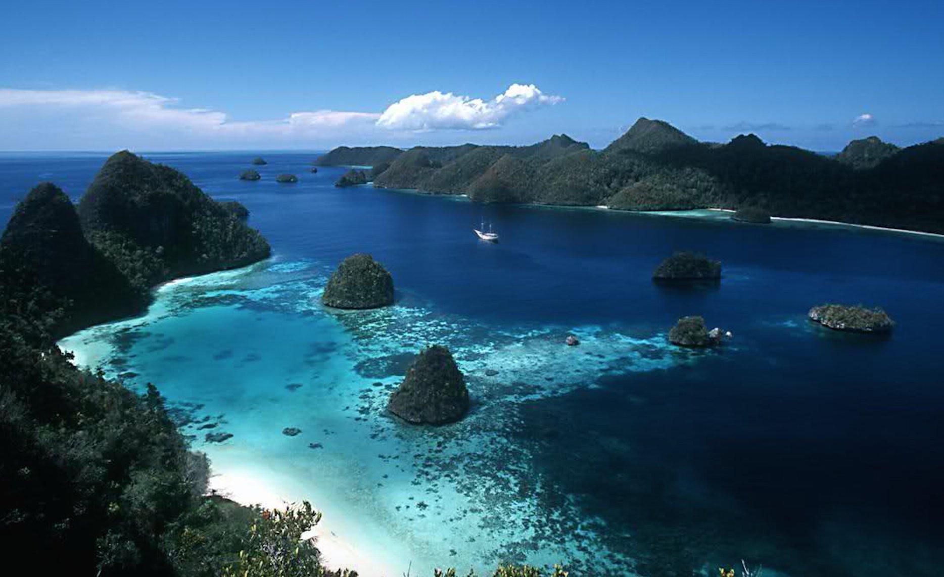 indonesia-yacht-charter-itinerary-labuhanbajo-east-bali