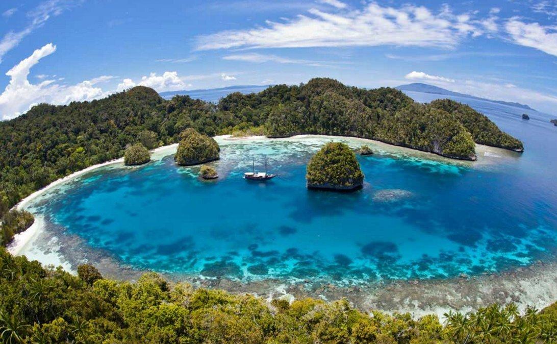 indonesia-yacht-charter-itinerary-serangan-labuhanbajo