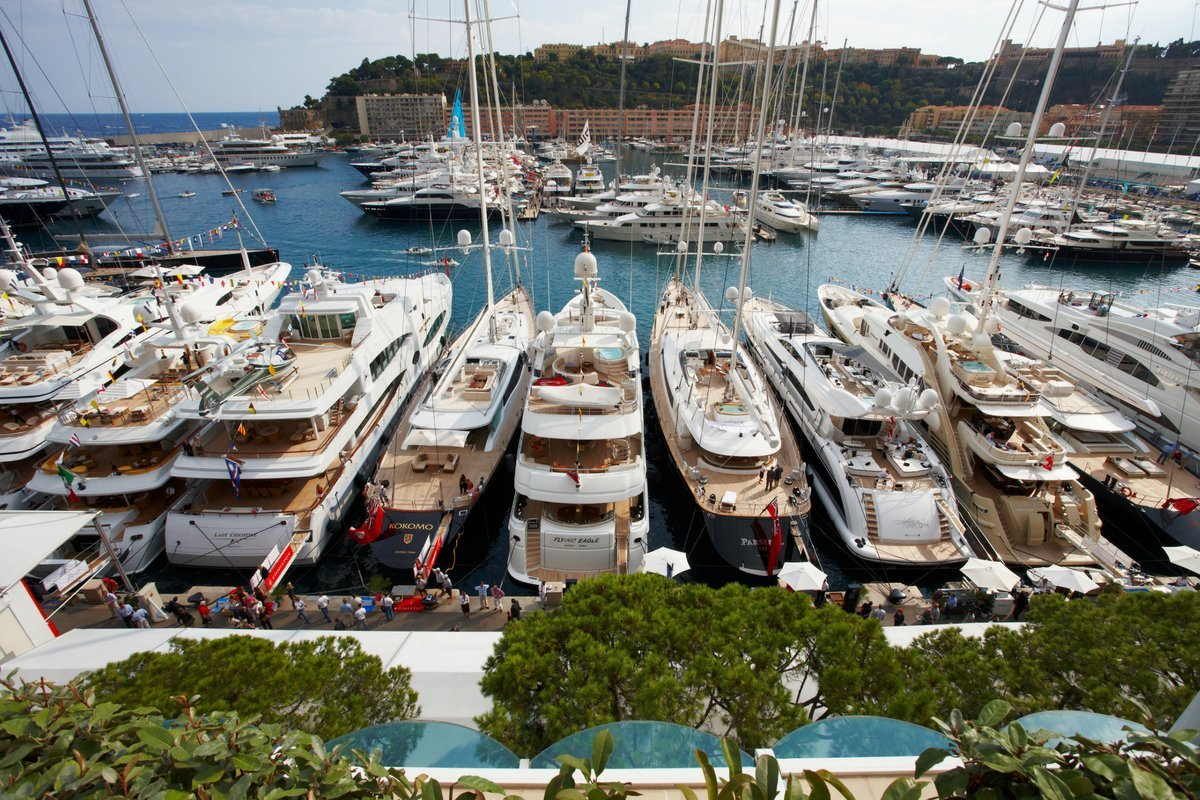rent-mega-yacht-in-cannes