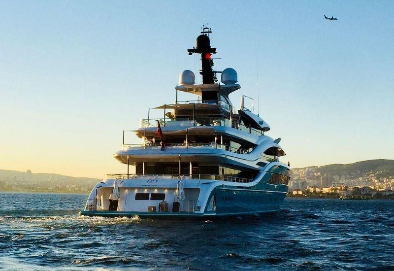 yacht-with-beach-club